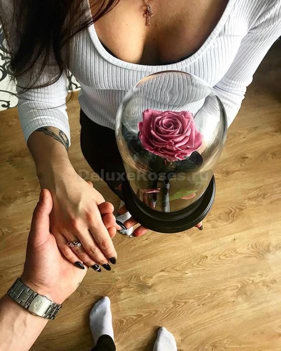 Девушка с парнем и с розой в колбе